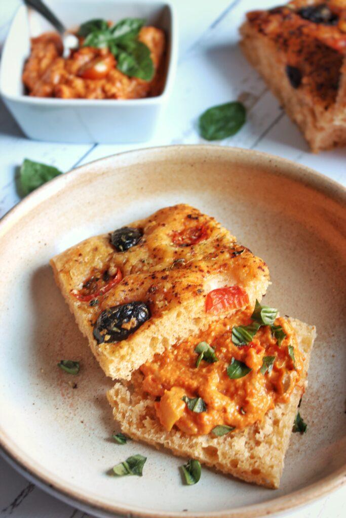 Focaccia tomates et olive avec une poivronade à la ricotta
